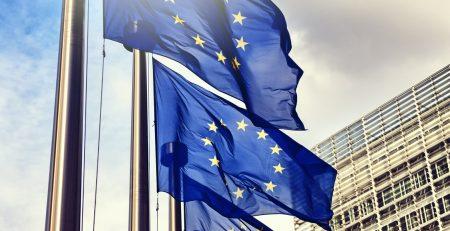 Safe Harbor: Europaflaggen wehen vor einem Hochhaus im Wind.